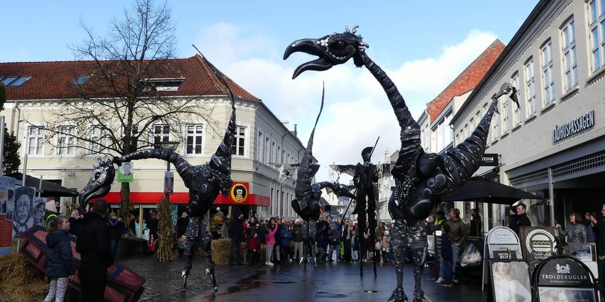 c2829b21d6a8 Den Hvide Dame og Spøgelseshunden går forrest i Halloween-parade  Du kan  følge trop